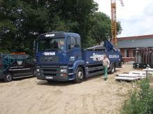 Groot eigen vrachtwagenpark met kranen